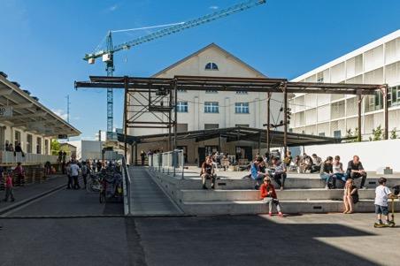 Freilager-Platz als zentraler Treffpunkt im Dreispitz-Areal vor der den Ateliers und Werkstätten der Kunsthochschule im umgebauten, denkmalgeschützten Zollfreilager (HGK Basel)