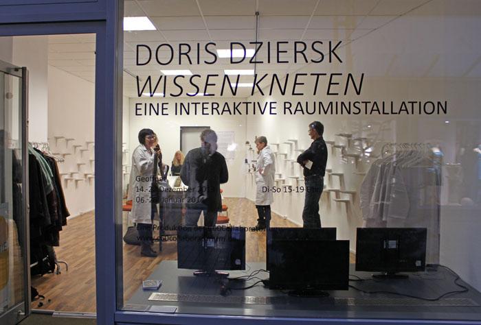 »Wissen Kneten«. Rauminstallation von Doris Dziersk 2013.