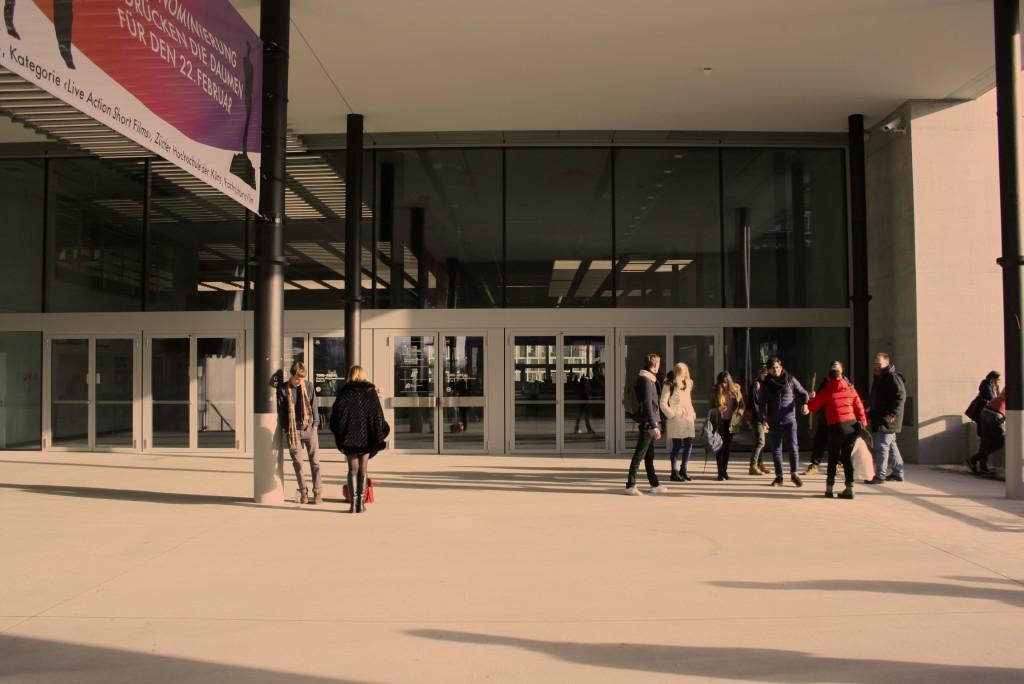Piazza – Vorplatz des Haupteingangs Pfingstweidstrasse